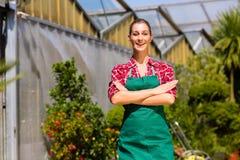 女性花匠在商品菜园或苗圃里 免版税库存照片
