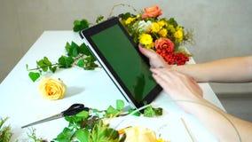 女性花设计师的片剂和手射击特写镜头驾驶移交在桌阿门的小配件传感器 影视素材
