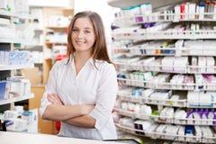 女性药剂师微笑 免版税库存照片