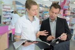 女性药剂师谈话与商务 免版税库存图片