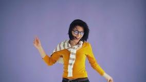 女性获得行家跳跃的移动的头挥动的黑色头发的慢动作乐趣 股票录像