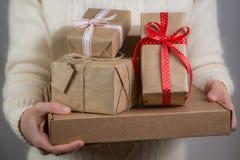 女性藏品堆圣诞节礼物 库存图片