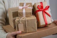 女性藏品堆圣诞节礼物 免版税图库摄影
