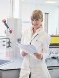 女性藏品实验室研究员试管 免版税库存图片