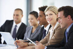 女性行政出席的办公室会谈画象与同事的 免版税库存照片