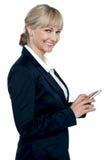 女性行政操作的触摸屏移动电话 免版税图库摄影