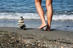 女性行程堆石头 库存图片