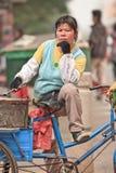 女性街道食品厂家等待的客户,广州,中国 库存图片