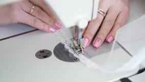 女性裁缝手特写镜头有修指甲缝合的织品的与缝纫机 影视素材