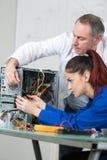女性计算机工程师聚集的硬件 库存照片