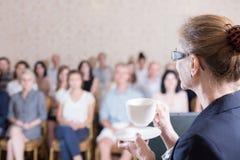 女性讲师饮用的咖啡 免版税库存照片