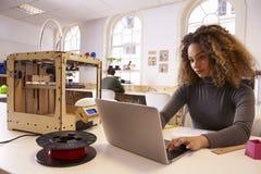 女性设计师与3D打印机一起使用在设计演播室 库存图片
