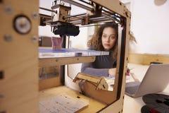 女性设计师与3D打印机一起使用在设计演播室 免版税库存照片