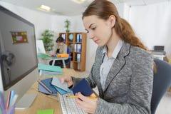 女性设计师建筑师创造性在工作场所 库存照片