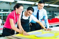 工作者、裁缝和CEO在工厂 免版税库存照片