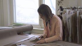 女性设计师画象,在她的演播室删去描述的细节 股票录像