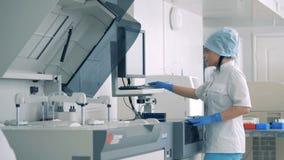 女性试验室工怍人员与医疗设备一起使用在实验室屋子 影视素材