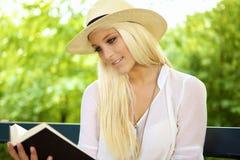 女性读取微笑 图库摄影