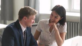 女性谈亚洲人和男性白种人的同事开会在办公室 影视素材