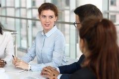女性谈判员教练辅导者领导讲话在小组交涉 免版税库存照片