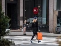 女性购物在城市 库存照片