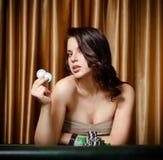 女性赌客在与筹码的娱乐场表 免版税库存照片