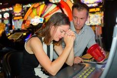 女性赌客在赌博娱乐场丢失了一切 免版税库存图片