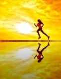 女性赛跑者剪影 免版税库存照片