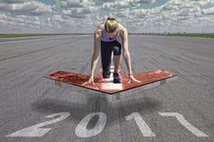 女性赛跑者箭头平台2017年 库存照片