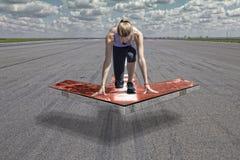 女性赛跑者箭头平台 库存照片