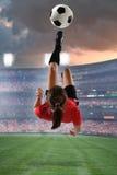 年轻女性足球运动员 库存图片
