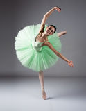 女性跳芭蕾舞者 库存照片