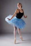 女性跳芭蕾舞者 免版税图库摄影