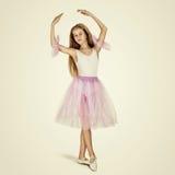 年轻女性跳芭蕾舞者 免版税库存照片
