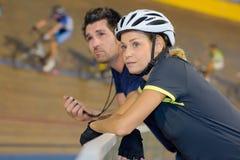 女性车手准备好在起动自行车种族 库存照片