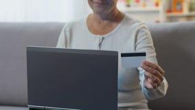 女性输入的信用卡数据到膝上型计算机里,在网上支付公共事业 股票视频