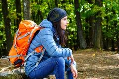 女性远足者休息 图库摄影