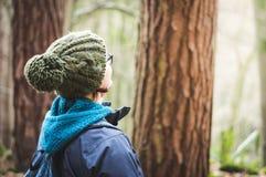 女性远足者在森林地 免版税库存照片