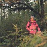 女性远足者在森林里 库存图片