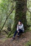 女性远足者塔斯马尼亚的原野 免版税库存照片