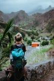 女性远足者拍有薄雾的保罗谷的照片 沸溢圣安唐岛海岛佛得角土坎的云彩  免版税库存照片