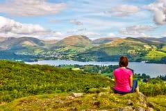 女性远足者湖俯视的windermere 免版税库存图片
