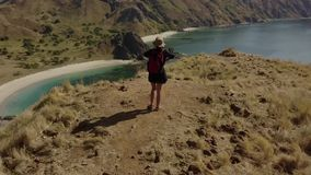 女性远足者鸟瞰图在Padar海岛上的 股票录像