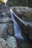 女性远足者,更低的迈拉秋天, Strathcona省公园,阵营 免版税图库摄影
