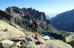 女性远足者登山人在可西嘉岛,欧洲 库存照片