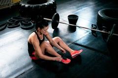 女性适合女孩休息和容器运动鞋和为锻炼做准备 免版税库存照片