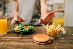 女性选择健康生物食物 免版税库存照片