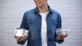 女性选择bioplastic食盒不能任意处置的箱子,污染 股票视频