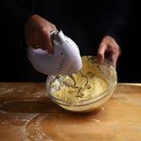 女性递与一台搅拌器的活泼的面团蛋糕或面包的在a 图库摄影