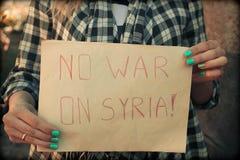 女性递与题字的海报:在Syr的没有战争 免版税库存照片
